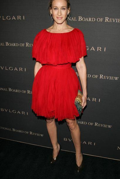 Este vestido en color rojo le favorece mucho a la actriz.