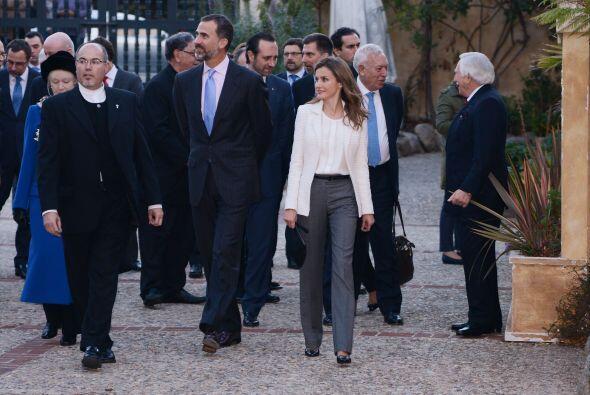 Don Felipe y doña Letizia recorrieron las instalaciones y depositaron un...