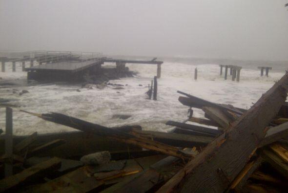 Las inundaciones y la alta marea lograron destruir el muelle en la playa...