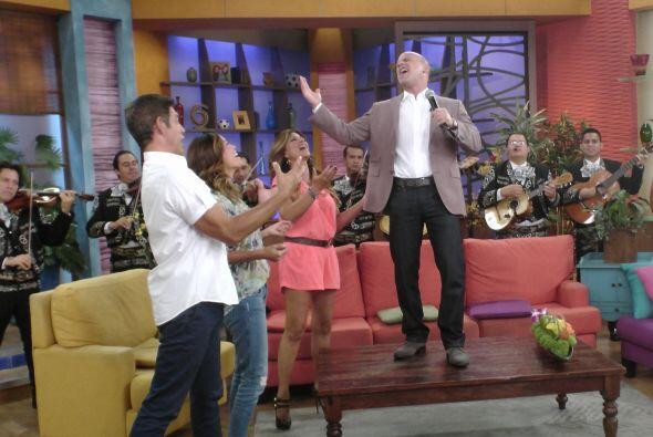 No pasó mucho tiempo para que todos se pusieran a bailar y cantar junto...