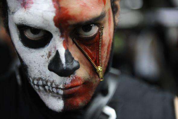 Para crear otro efecto impactante en la cara puedes colocar un zipper en...