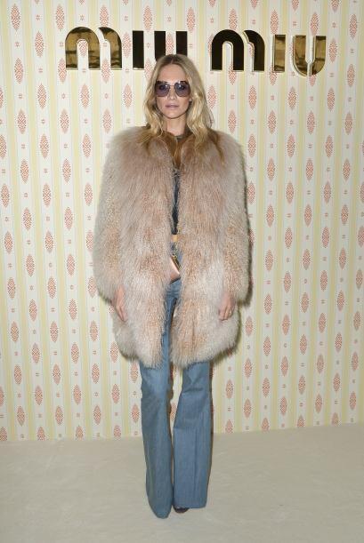 Poppy Delevingne mostró su estilo con este gran abrigo.