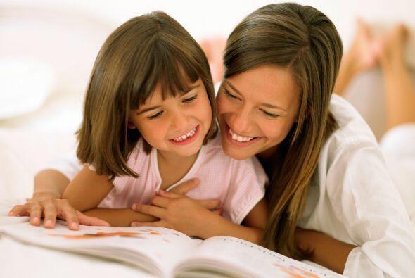Lee en voz alta. El leer a los pequeños en voz alta en el idioma más déb...