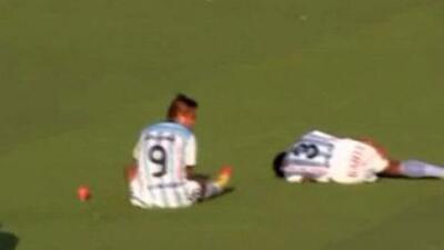 Cinco futbolistas se tiraron al piso para que el árbitro detuviera el ju...