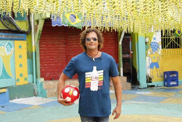 El artista es un fanático del fútbol.  Foto: Coca-Cola