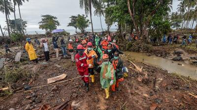 Los sobrevivientes del tsunami en Indonesia hacen vigilia en Navidad, ya van más de 420 muertos
