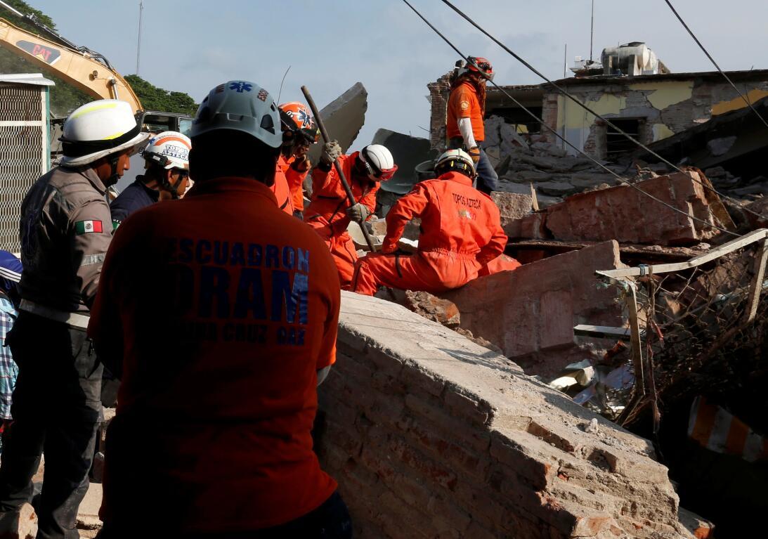 Los rescatistas voluntarios conocidos como Topos Azteca buscan cuerpos d...
