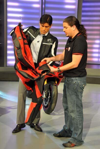 'Poncho' mostró las cualidades de un traje especial de carrera que prote...