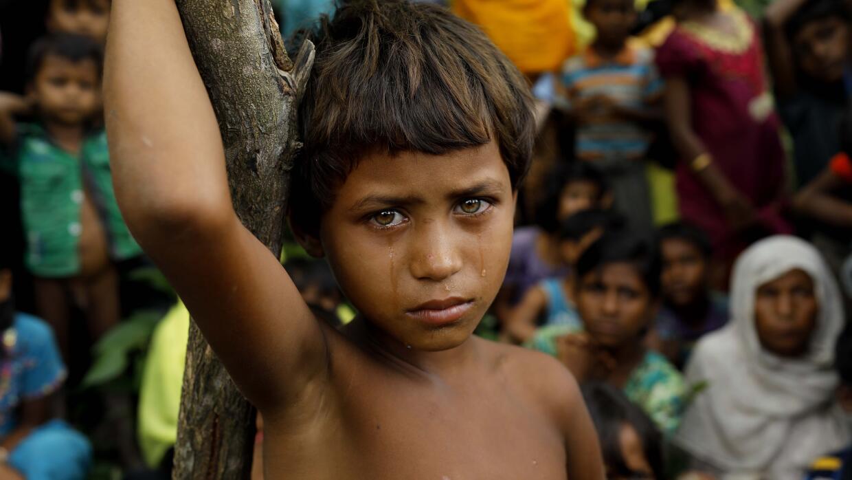 Una niña rohingya refugiada recién llegada a Bangladesh de...