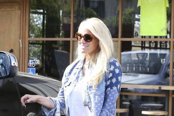 Jessica Simpson bajó de peso y sus piernas lo resintieron.