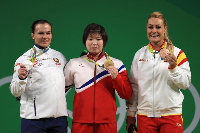 La norcoreana Rim Jong-Sim ganó oro en halterofilia categoría 75 kg. La...
