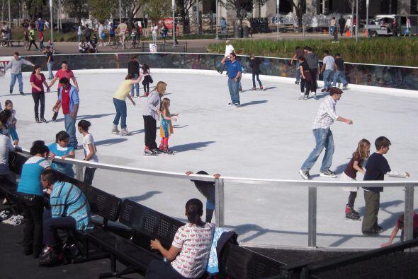 Pista de patinaje en hielo en el parque Discovery Green  Por un mes comp...