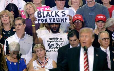 'Michael, el hombre negro', con su cartel a favor del presidente Trump,...
