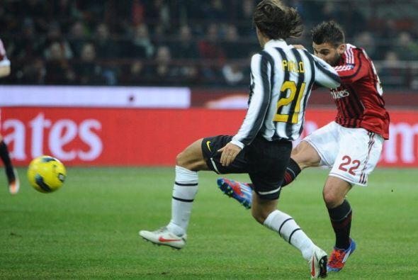 En un mal rechazo defensivo de la 'Juve', Antonio Nocerino sacó un treme...