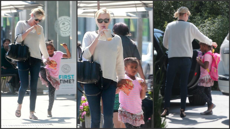 Charlize Theron junto al pequeño Jackson, quien desde hace más de un año...