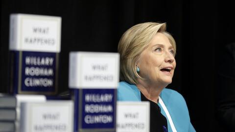 La excandidata demócrata Hillary Clinton durante la firma de ejem...