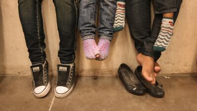 Niños centroamericanos indocumentados en un centro de detención de la Pa...