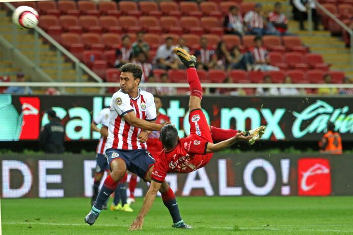 En duelo de golazos, Chivas cae en casa ente Lobos BUAP gol-amaury-escot...