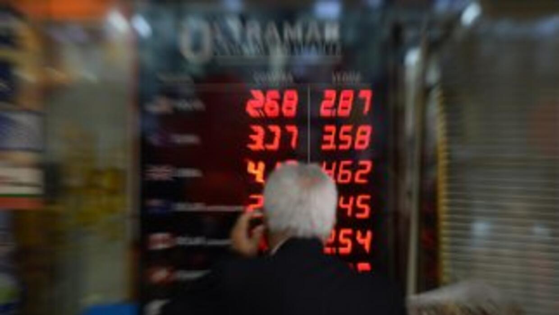 Un hombre observa el tipo de cambio en Brasil.