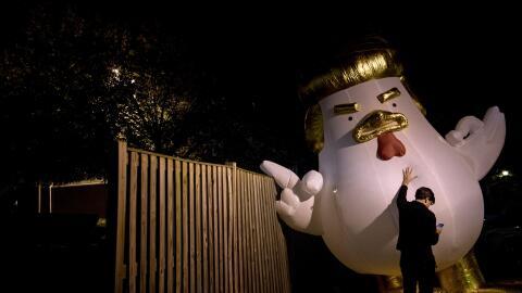 Un demócrata sostiene un muñeco inflable contra Trump en F...