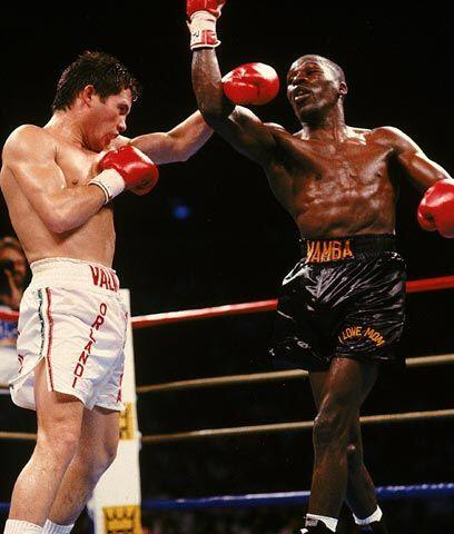TricampeónEn 1989 Julio César Chávez enfrentó por segunda vez a Roger Ma...