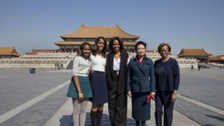 La primera dama en compañía de sus hijas Malia y Shasha, así como de su...