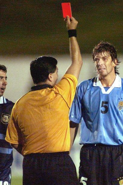 Mostrando otra tarjeta roja, esta al jugador de Uruguay Gabriel García e...