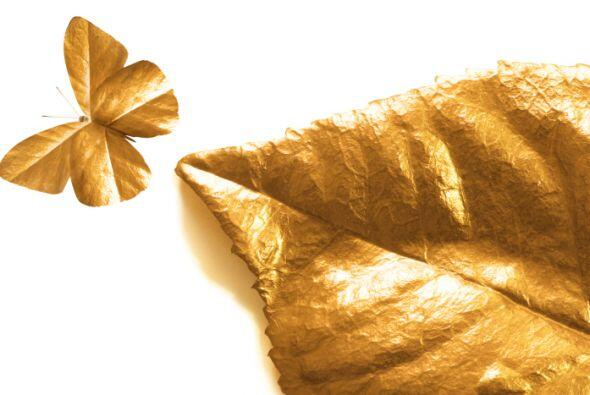 Hojas metalizadas. Un puñado de hojas secas bañadas con pintura dorada o...