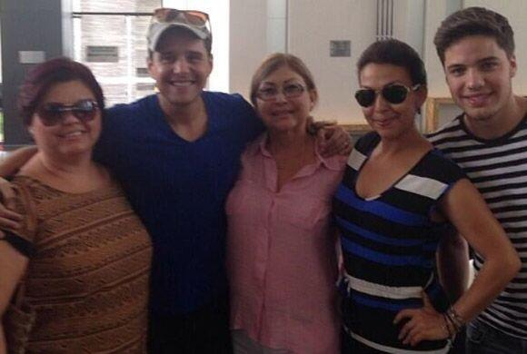 Alejandro Chabán compartió esta foto en donde está muy bien acompañado d...