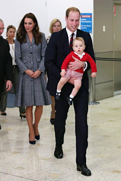 El príncipe William cargó con mucho amor a su primogénito.Más videos de...