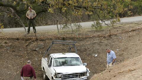 Investigadores analizan la camioneta que robó el atacante para em...