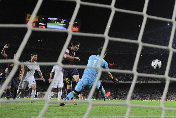 En una serie de rebotes y malos rechaces de la zaga blanca, Lionel Messi...