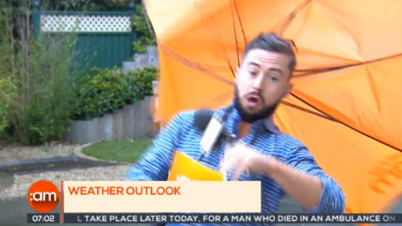 En video: Estaba reportando en vivo sobre el mal tiempo y el viento le j...