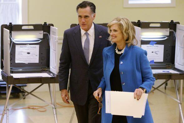 Tras votar, Romney se subió a su autobús de campaña rumbo al aeropuerto...