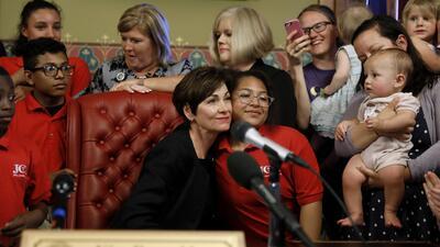 Rodeada de niños: así firmó la gobernadora de Iowa la ley que restringe el acceso a abortos seguros