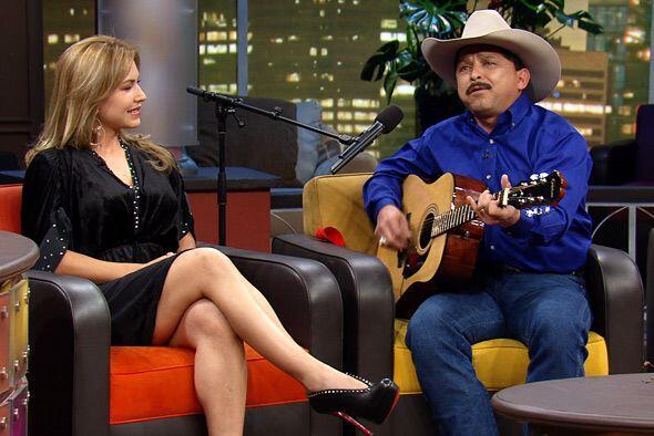 El cantante texano se hace acompañar de su guitarra y del incondi...