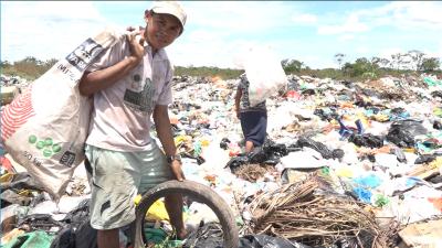 """Uno se rebusca acá para poder salir adelante"": los venezolanos que cruzan a Colombia para vivir de un basurero"