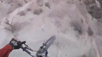 Desafiando la naturaleza: ciclista 'serpentea' el camino de la muerte