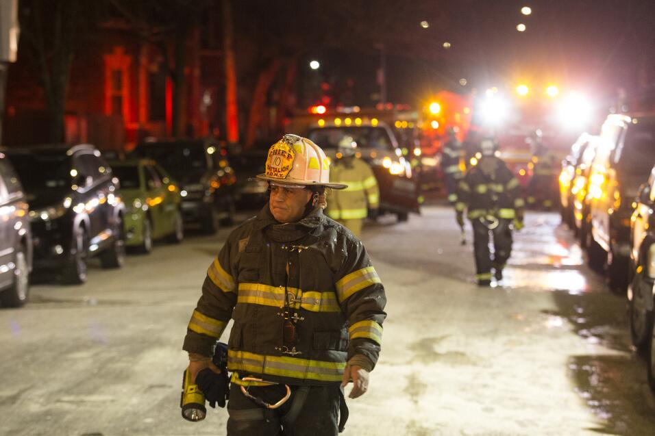 28 de diciembre: Los bomberos se van después de apagar un import...