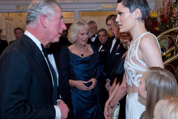 El Príncipe de Gales y su esposa Camila recibieron a muchas perso...