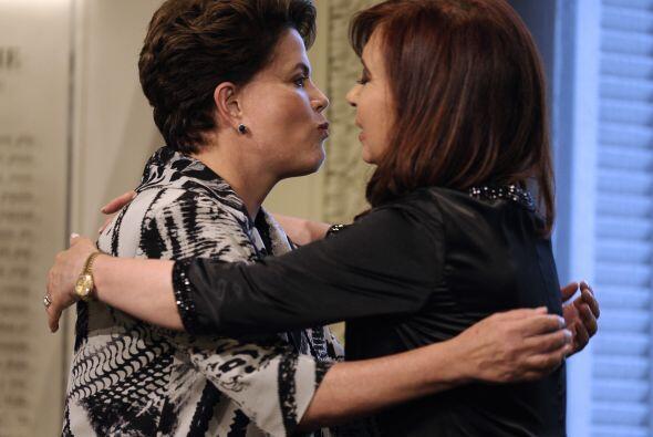 En su primer viaje internacional oficial, Dilma Rousseff fue recibida po...