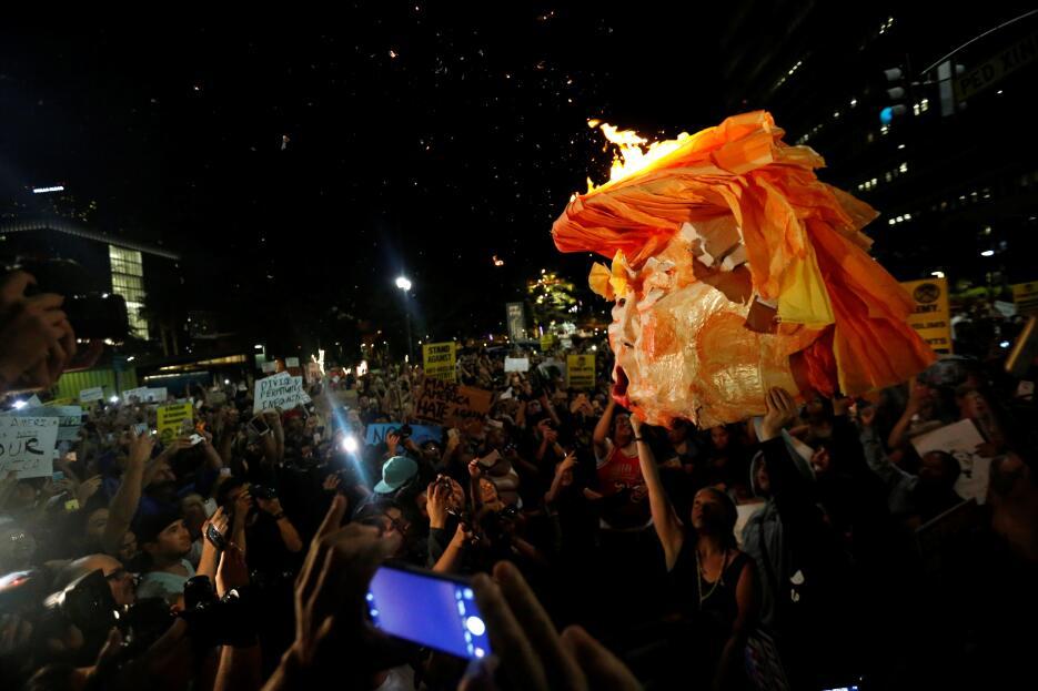 Activistas en Los Ángeles prendieron fuego a una efigie de Donald Trump.
