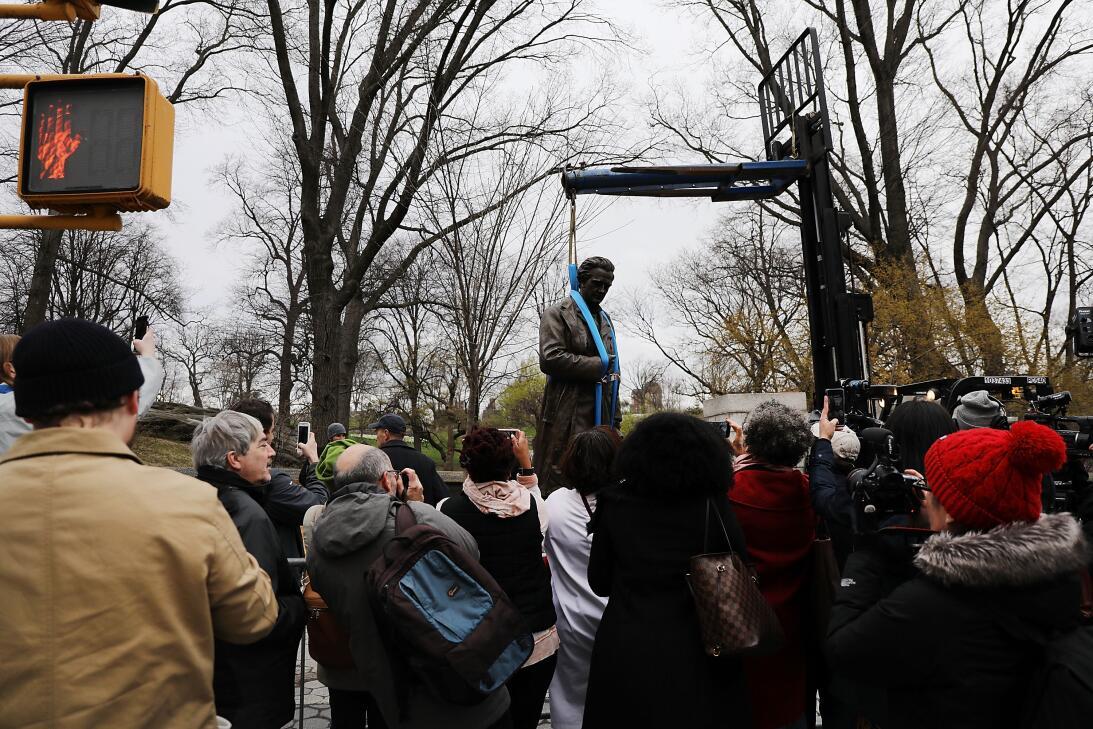Este 17 de abril la estatua de Marion Sims, un cirujano celebrado por mu...