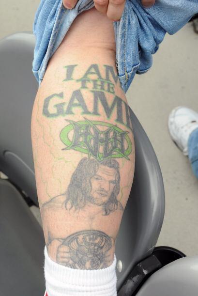 Para fanáticos pocos como este que se tatuó a Triple H en la piel.