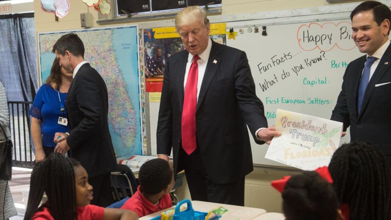 El presidente Donald Trump saluda a estudiantes en el colegio católico S...