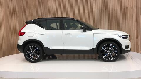 La nueva Volvo XC40 recién revelada en el escenario del Studio Volvo de...
