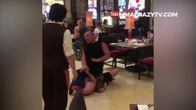 Un borracho le intenta pegar a un peleador de la UFC y miren lo que sucede