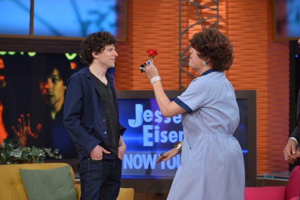 Y de repente, Doña Meche apareció una bella flor para Jesse Eisenberg.