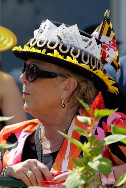 Aunque los sombreros no son tradicionales en esta carrera, hay personas...