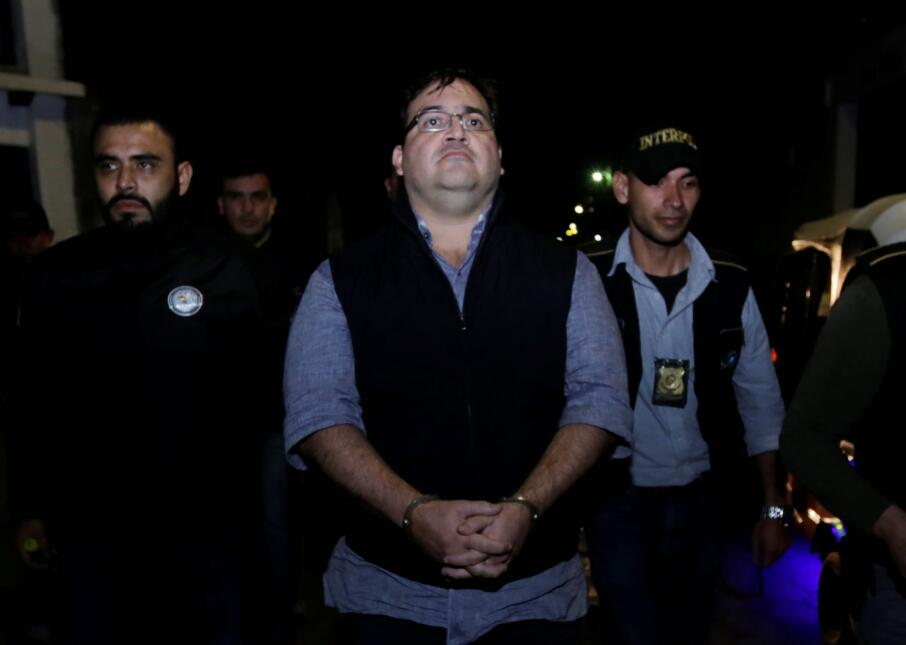 El exgobernador de Veracruz Javier Duarte es escoltado por autoridades p...